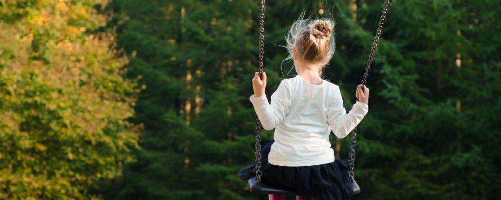 lille pige på gynge